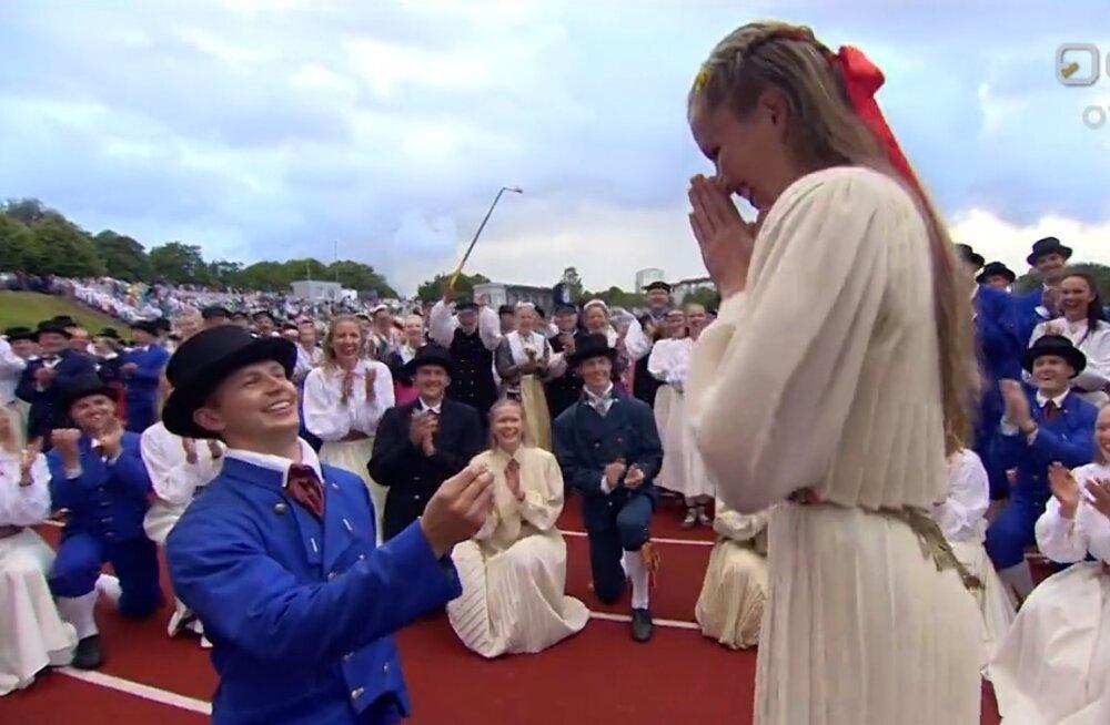VIDEO | Hõissa! Rahvatantsija tegi oma kaasale keset tantsupidu abieluettepaneku
