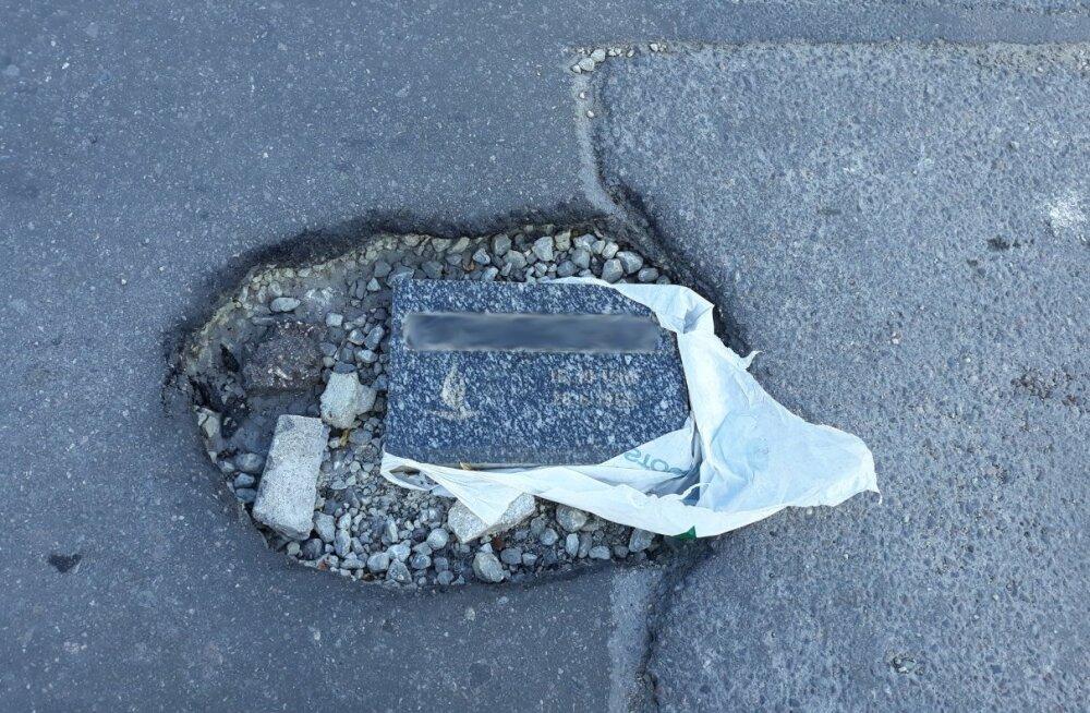 FOTO | Õismäe teel oli tänavaauku täidetud hauakiviga