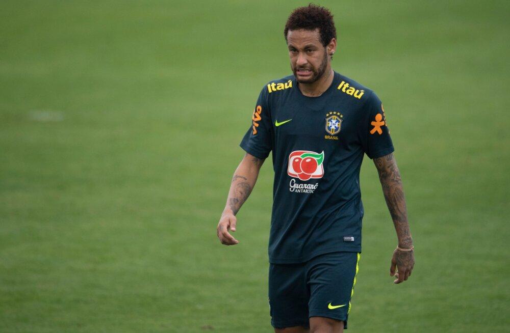 Brasiilia jalgpallikoondislased astusid vägistamisskandaali sattunud Neymari kaitseks välja