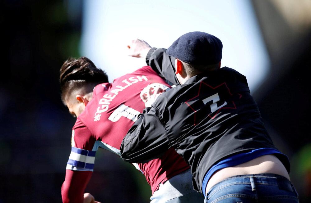 VIDEO | Inglismaa esiliigas väljakule tormanud fänn lõi mängijat rusikaga näkku