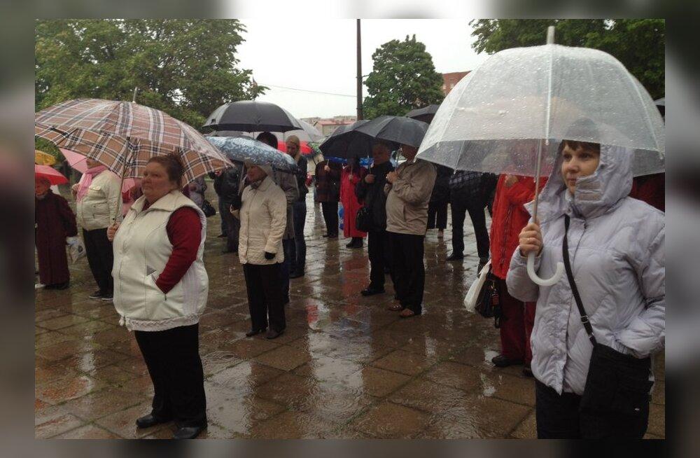 FOTOD: Narvas tuli venekeelse kooli toetuseks tänavale alla saja inimese