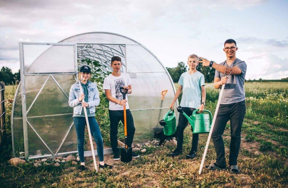 Fotol on Noorte talu juhatuse liige Karl Erik Heinsoo (paremal) koos malevlastega.