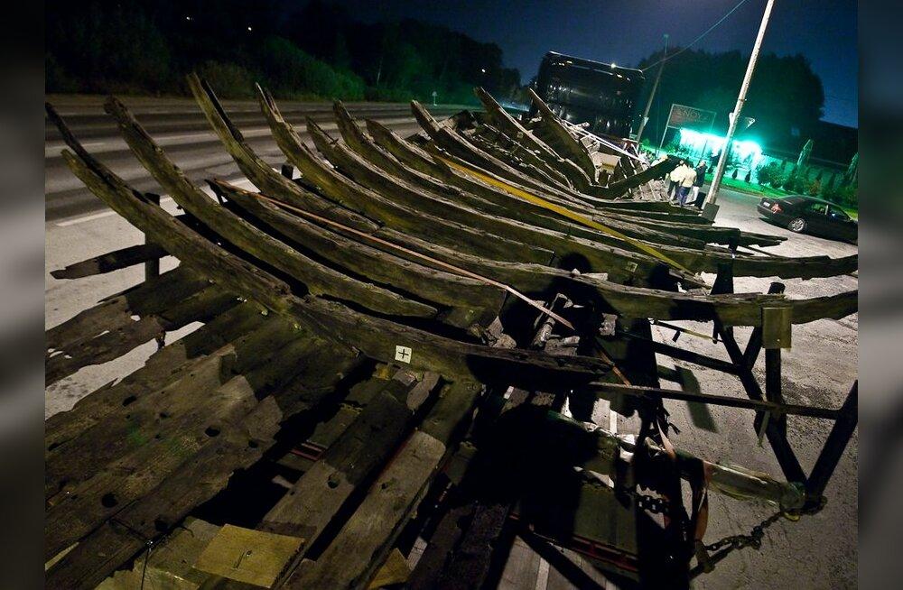FOTOD: Vaata, kuidas toodi Tallinna muistse laeva vrakk