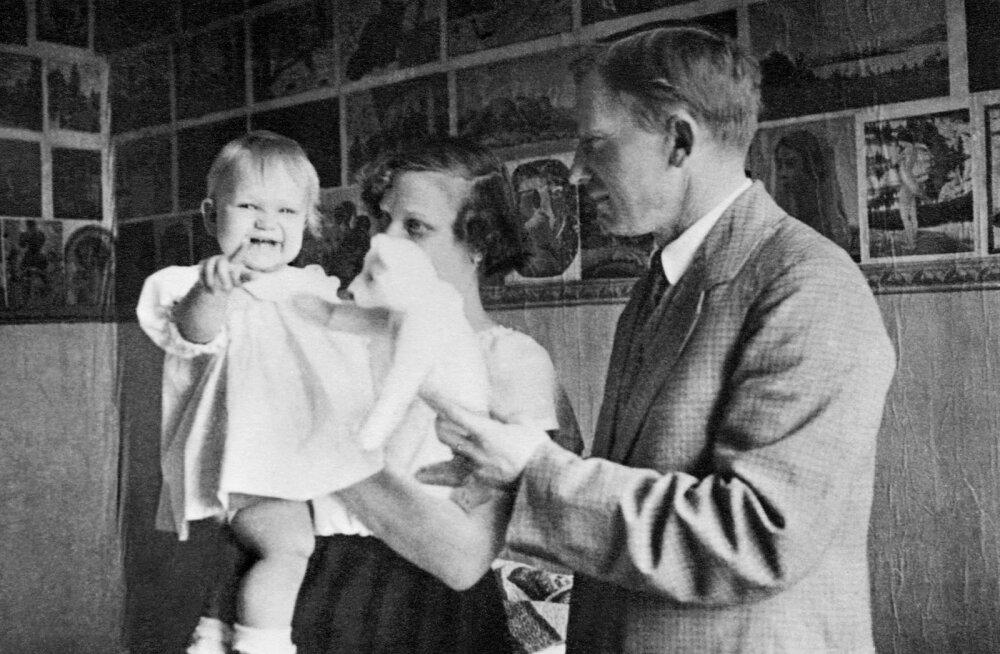"""Abikaasa ja tütrega 1922. aastal Õuna tänava kodus, """"Tõde ja õigus"""" on alles Tammsaare peas"""