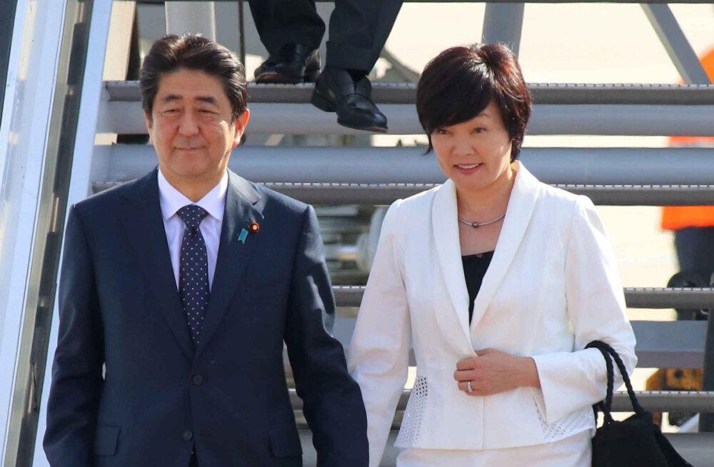 KURIOOSUM: Kas Jaapani peaministri abikaasa teeskles tõepoolest inglise keele oskamatust, et vältida vestlust president Trumpiga?