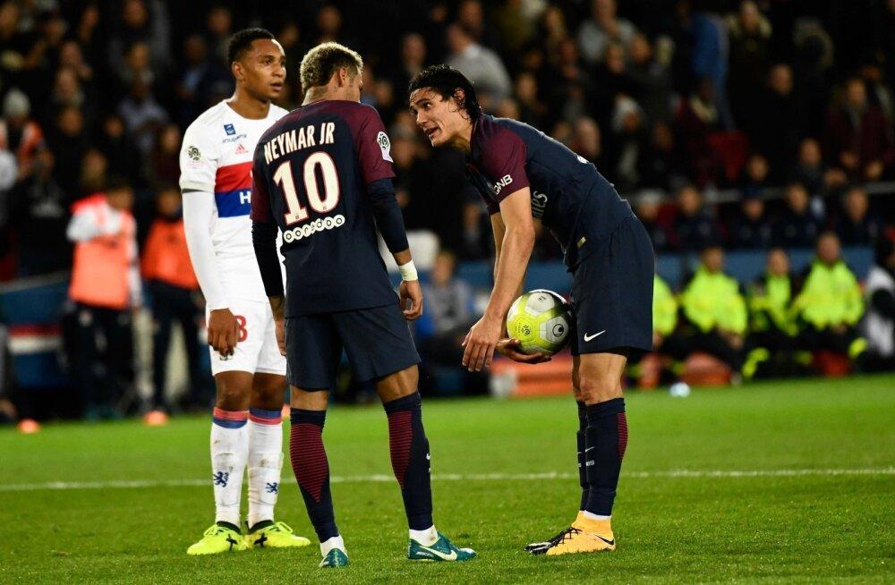 Neymar (vasakul) ja Edinson Cavani palli pärast jagelemas.