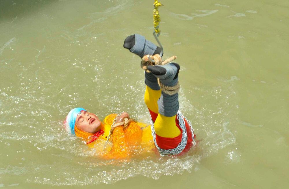 India trikimeister püüdis Houdini trikki järele teha, ent uppus
