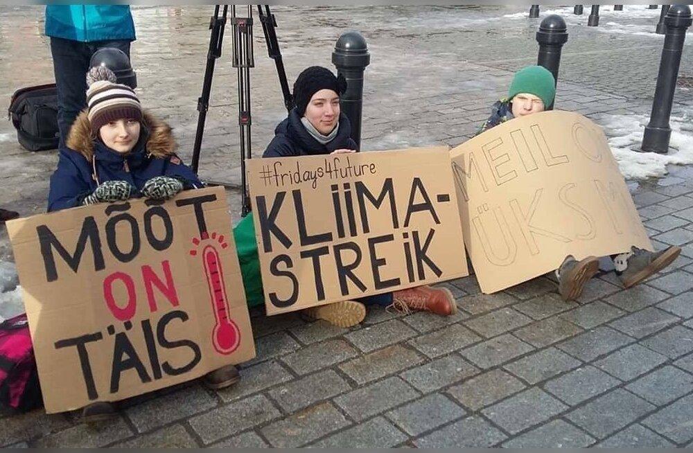Kooliõpilased Kristin Siil, Kertu Birgit Anton ja Frederik Mattias Helm avaldavad riigikogu ees meelt.