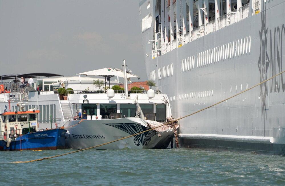 ВИДЕО: Круизный лайнер столкнулся с теплоходом в Венеции