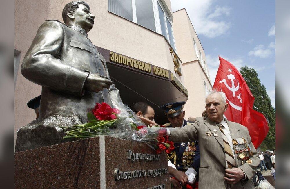 VIDEO: Ukrainas lõigati Stalini ausambal pea maha