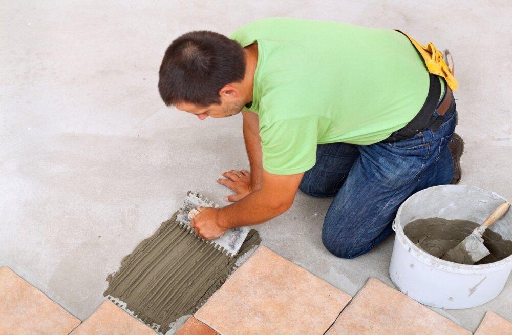 Kui põrandal kallet pole, käib asi lihtsalt: pane aga segu ja aseta plaat.