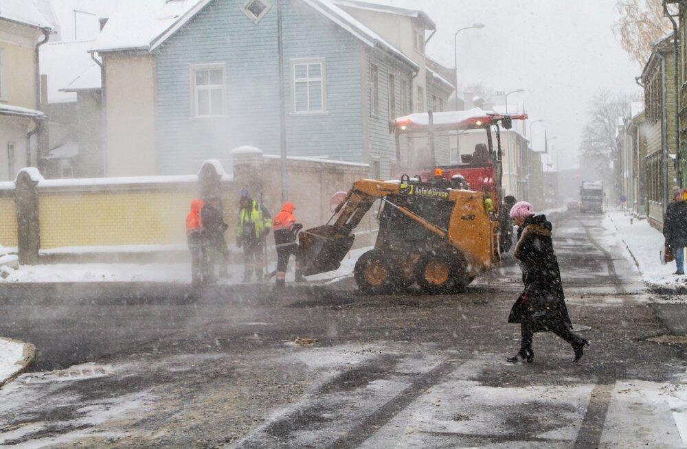 ФОТО DELFI: Сильный снег не помешал рабочим положить асфальт в Тарту