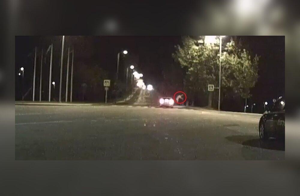 ВИДЕО ПОЛИЦИИ: PPA обнародовал запись того, как молодую женщину сбили на пешеходном переходе в Вильянди