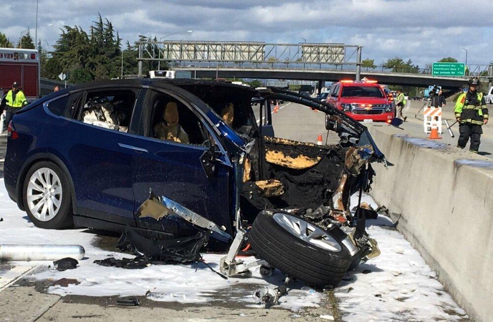 Üle-eelmisel nädalal Tesla-avariis hukkunud mehe auto oli parasjagu autopiloodirežiimil