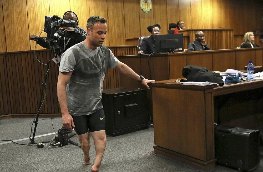Oscar Pistorius eelnevatel kohtuistungitel juhtunu kohta selgitusi jagamas