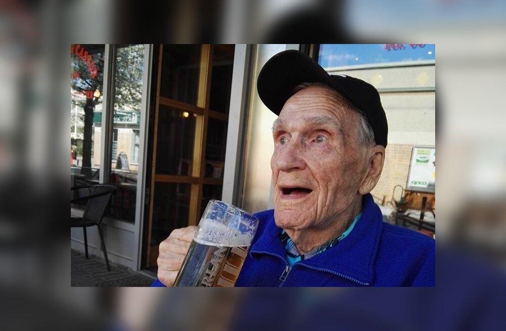 Rootsi meedias sai kuulsaks 93-aastane eesti päritolu Alfred Luik, kes valis hooldekodu aiatöö asemel külma õlle