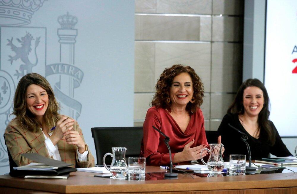 Hispaania valitsuskabineti ministrid teisipäevasel pressikonverentsil. Vasakult: tööminister Yolanda Diaz, rahandusminister Maria Jesus Montero ja võrdõiguslikkuse minister Irene Montero.