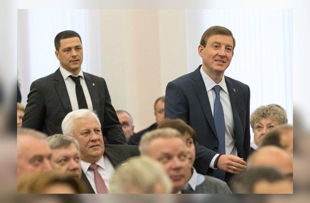 Inimröövis kahtlustatud Mihhail Vedernikov (vasakul) võtab hämarate sissetulekutega Andrei Turtšakilt kuberneriameti üle.