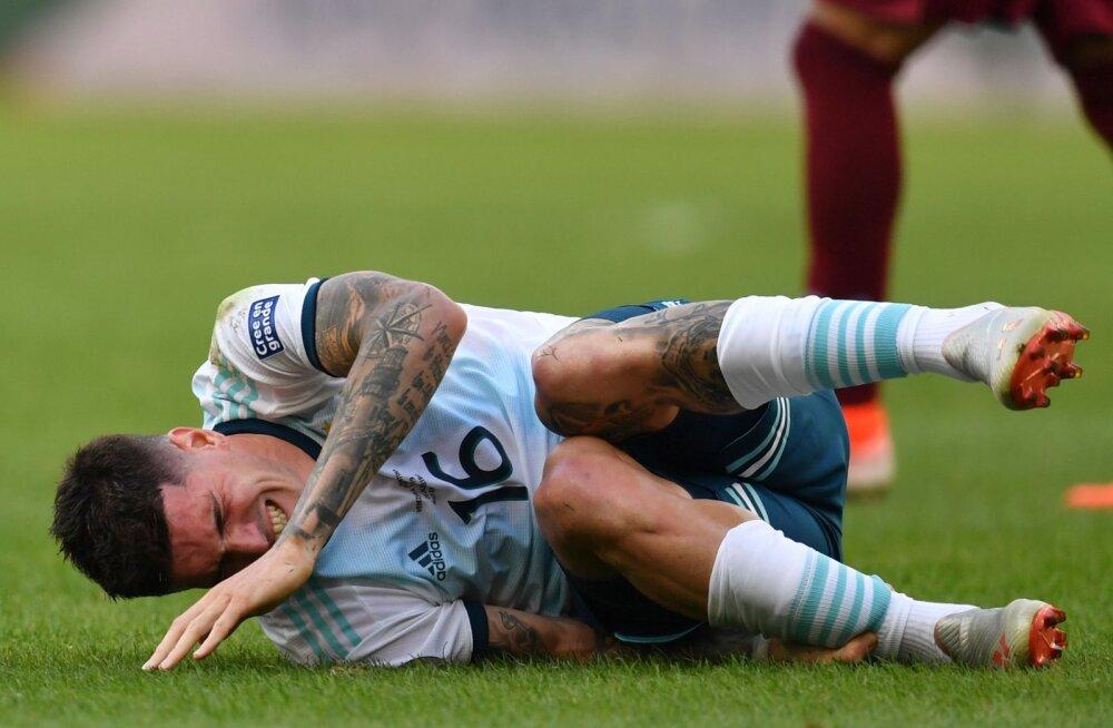 VIDEO | Argentina koondise jalgpallur komistas mängu ajal tuvi otsa ja kukkus pikali