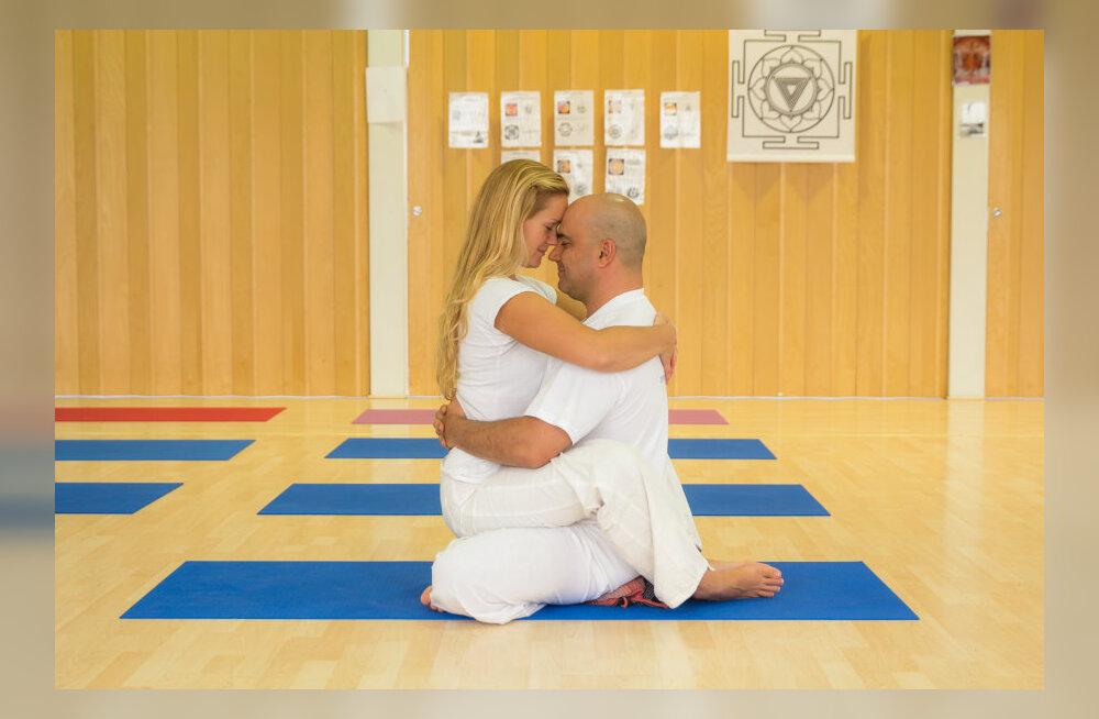 Viis praktilist tantra harjutust vallalistele ja paaridele