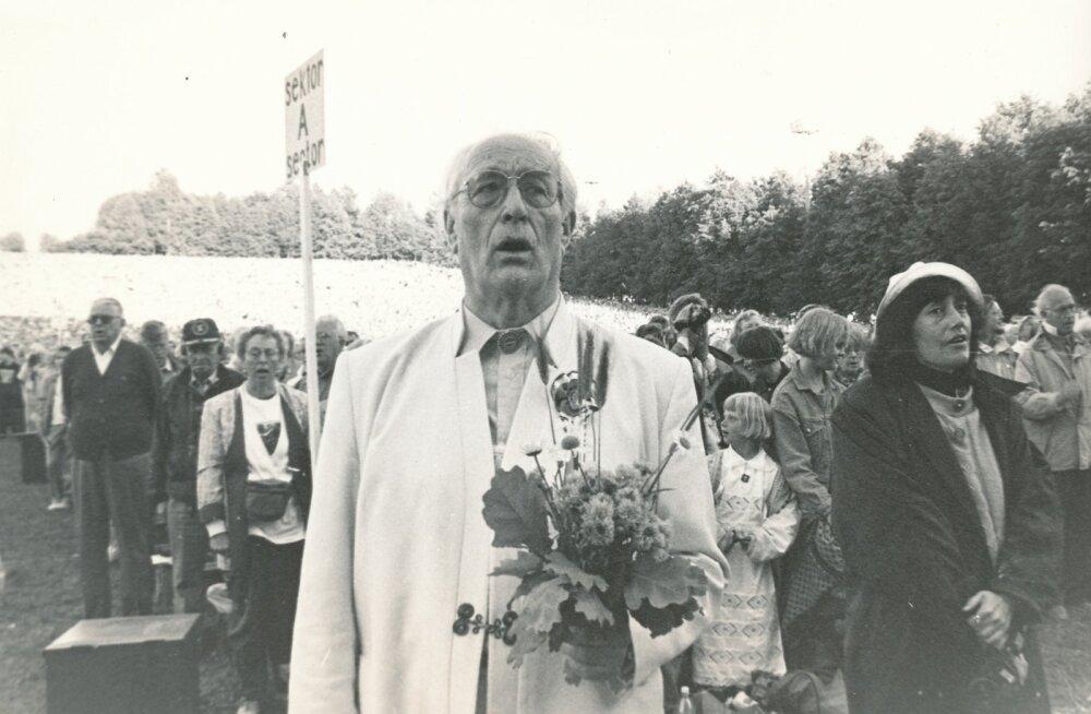 """Pärast 1990. aasta laulupidu ütles Roman Toi, et """"eestlased olid eksiilis poliitiliselt, mitte vaimselt"""", viidates väliseestlastele, kes laulupeol laulsid heas eesti keeles, teades olulisemaid koorilaule peast."""