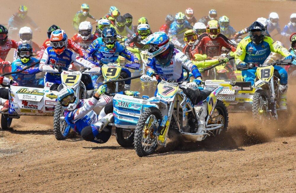 Kert Varik ja Lauris Daiders (nr 7) võitsid esimese sõidu stardi, kuid sõidu käigus lubasid viis konkurenti endast mööda.