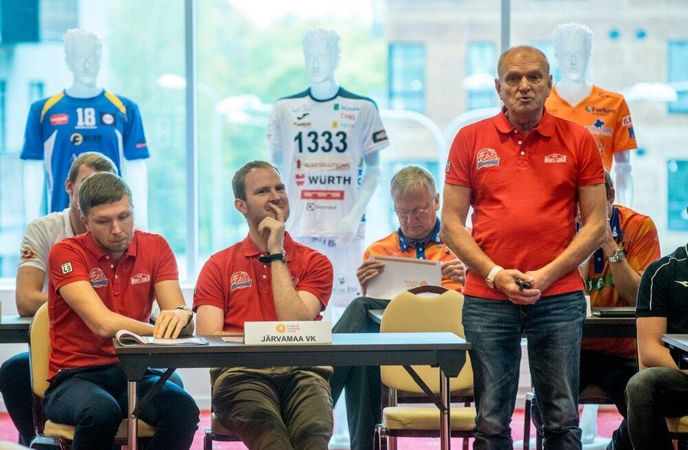 Järvamaa (punastes) klubi juht Veiko Tihemets, mängija Martti Rosenblatt ja külmutatud lepinguga peatreener Laimons Raudsepp