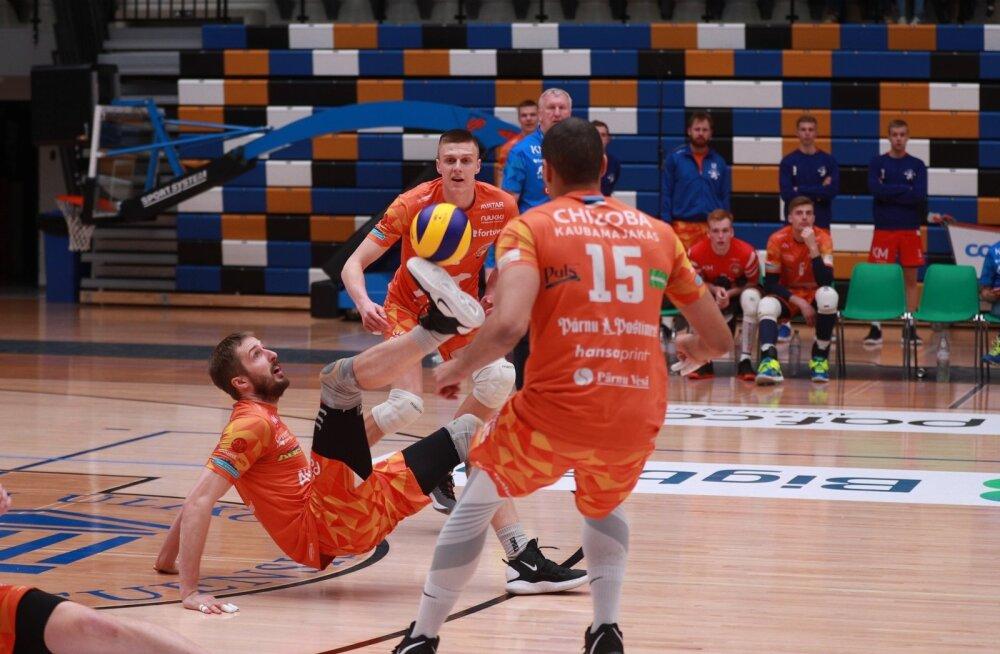 Võimas võitlus: temporündaja Tamar Nassar päästis palli tallaga ja siit tuli punkt Pärnule.