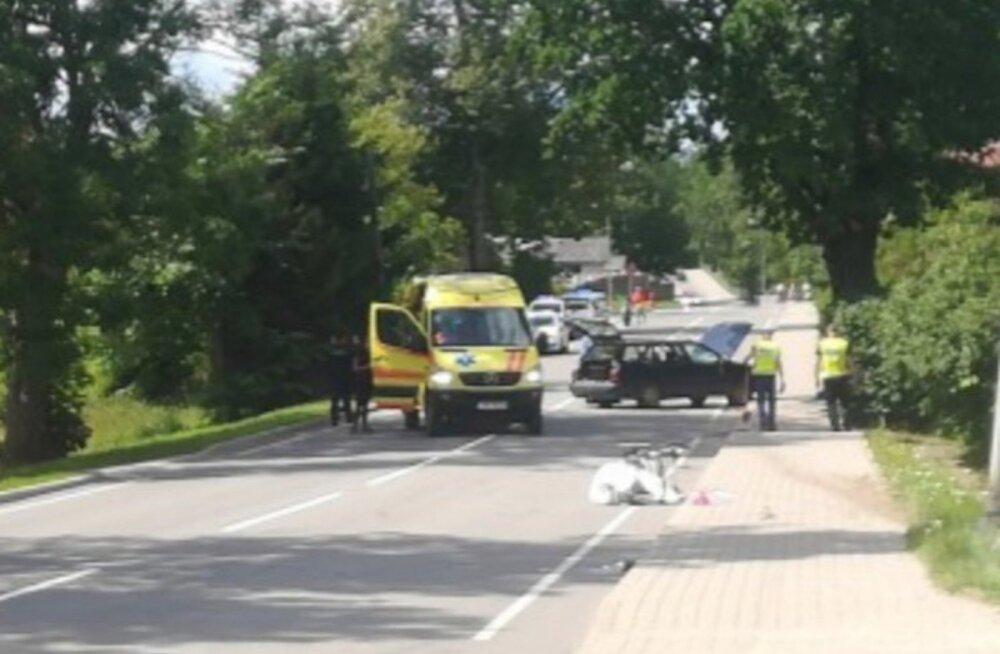 ФОТО С МЕСТА ДТП | В Латвии автомобиль сбил на тротуаре пешеходов: погибла маленькая девочка