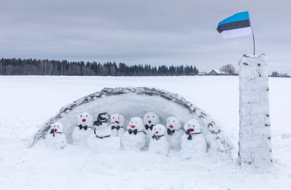 Väätsal ehitati eelmisel nädalavahetusel lumelinna, kus üks tore lumine koor juba suveks laule harjutab.
