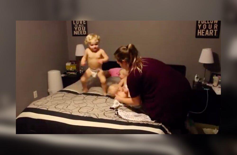 VIDEO | Müts maha! See super ema sätib korraga magama oma nelja beebit ja meie teeme talle küll ühe suure aplausi
