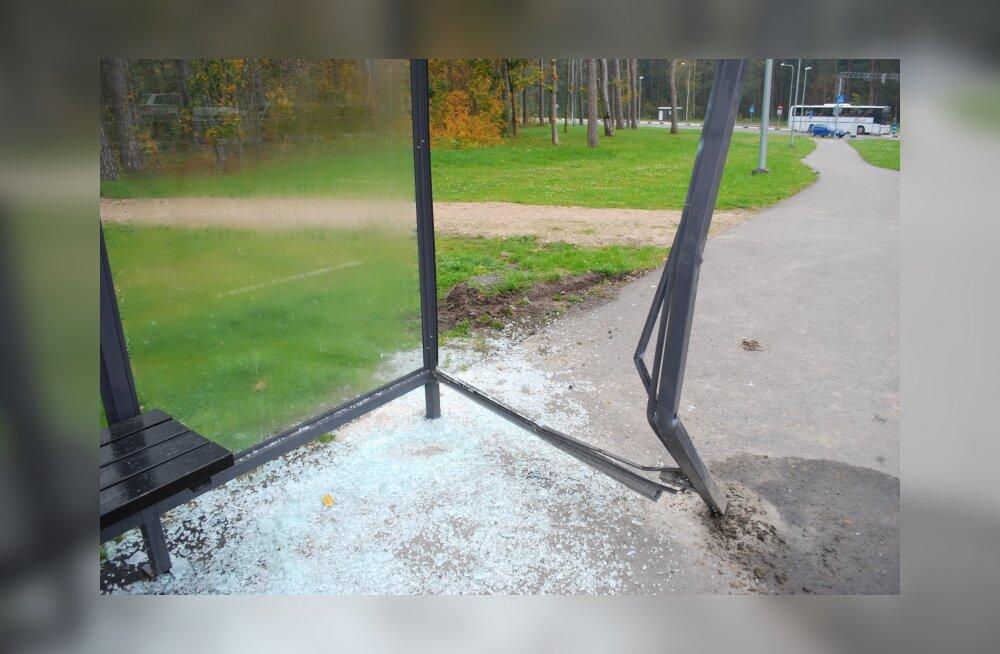 Raeküla kooli bussipeatust on rammitud