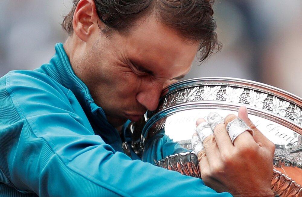 Emotsionaalne hetk. Rafael Nadal embab 11. korda Prantsusmaa lahtiste trofeed.