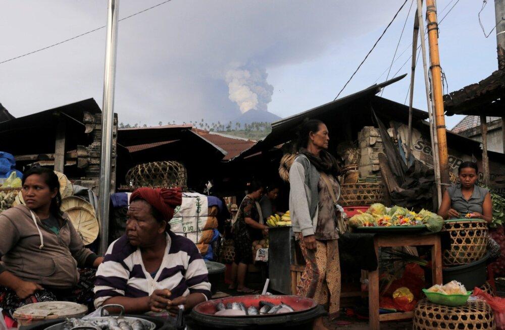 Turg eile Karangasemi külas, taamal Agungi vulkaan