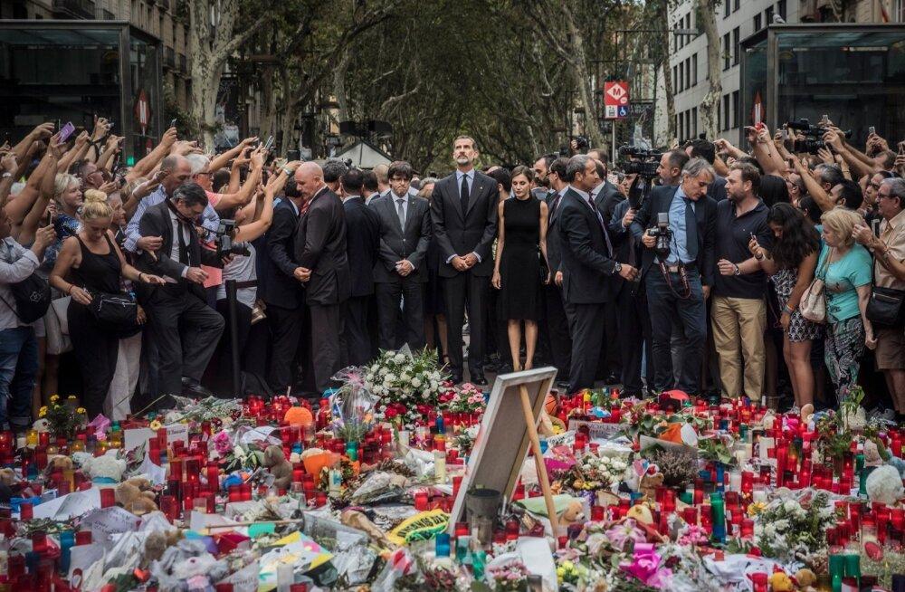 Laupäevane mälestustseremoonia Barcelonas. Keskel Hispaania kuningas Felipe ja kuninganna Letizia