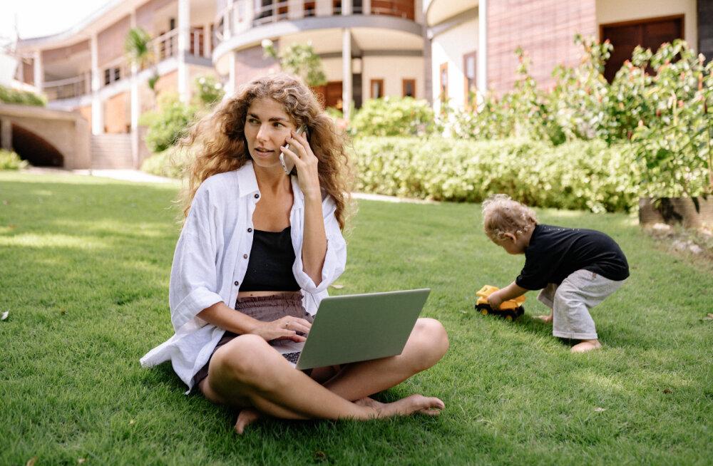 """Ученые разрешили родителям """"сидеть"""" в телефоне"""