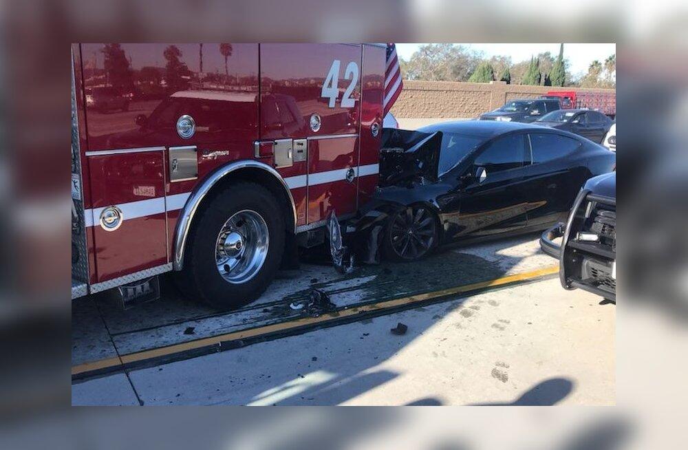 Teslaga seisvale tuletõrjeautole otsa põrutanud roolijoodik süüdistas avariis autopilooti