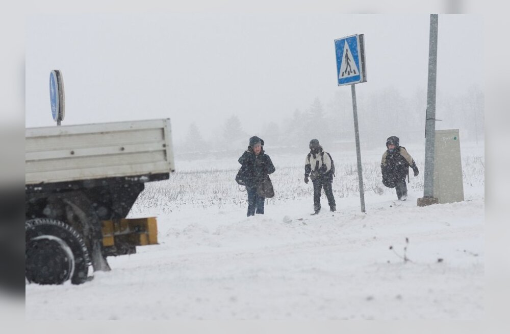 FOTOD: Lõuna-Eestis on teeolud keerulised, vigastatutega avariisid pole õnneks juhtunud