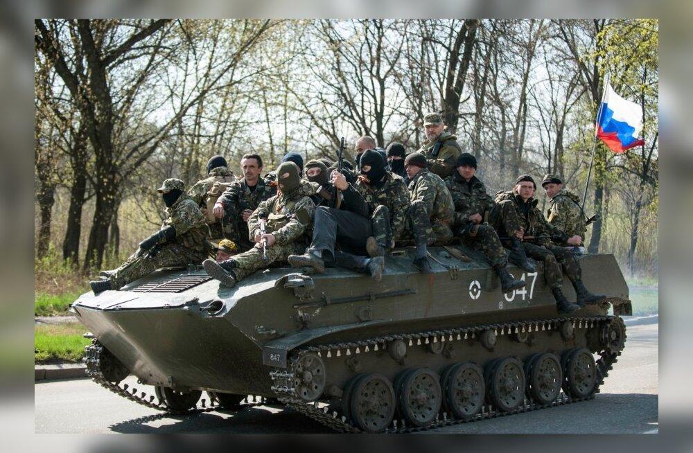 VIDEO: Separatistid hõivavad Ukraina soomukid ja lehvitavad neil Vene lippu