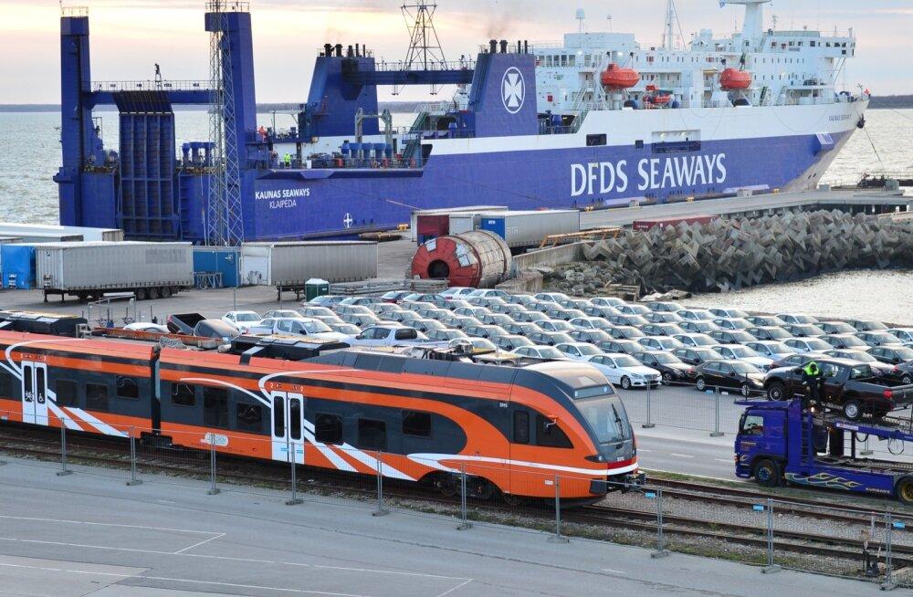Uued autod Paldiski sadamas, kust need asusid veokitele tõstetuna teele Venemaa poole.