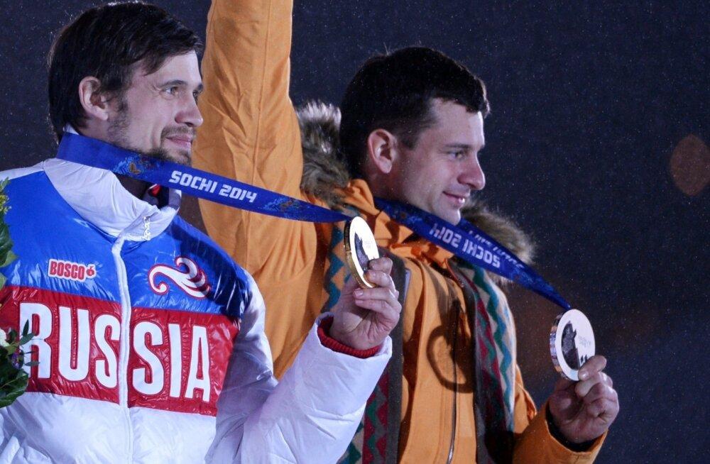 Aleksandr Tretjakov (vasakul) ja Martins Dukurs Sotši olümpial poodiumil.