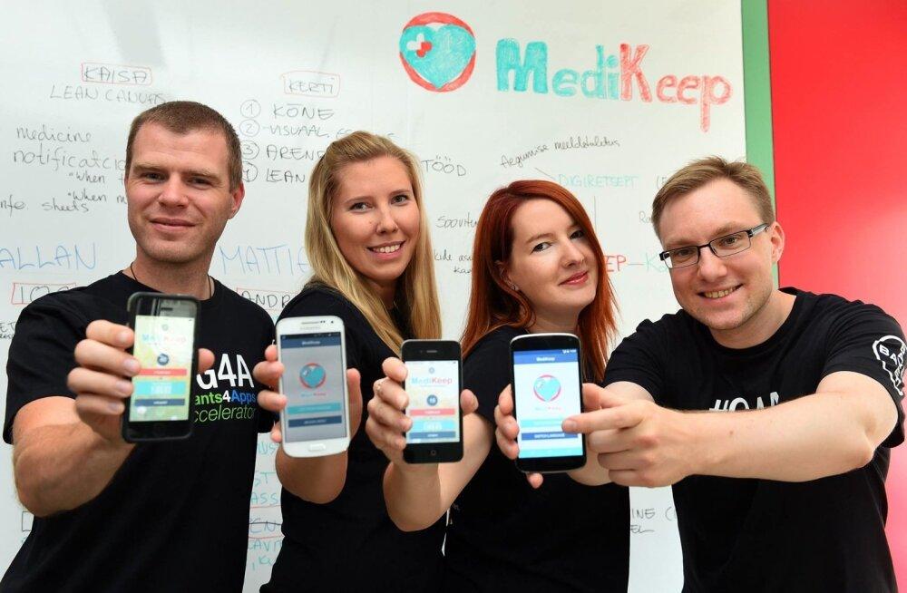 MediKeepi iOS-i arendaja Allan Kändmaa (vasakult), projektijuht Kaisa Kabin, idee autor ja juht Kerti Alev ning Androidi arendaja Mattias Linnap näitavad oma äppi Berliinis Bayeri peakontoris.