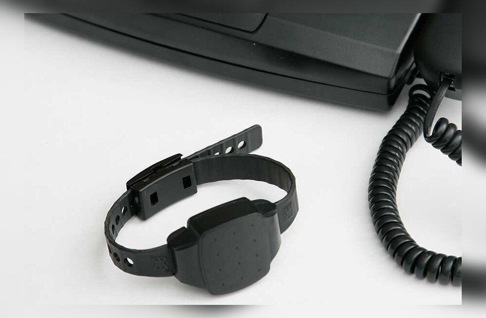 Преступников выпускают на свободу с электронными браслетами, которые очень легко снять