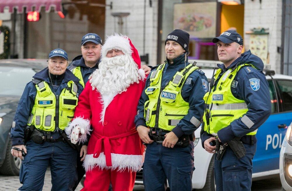Raekoja platsil pandi püsti jõulukuusk