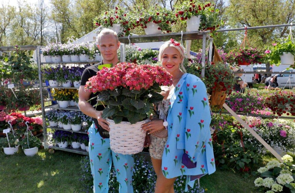 Türi laadal pakuvad Nurmiko Aiandis kasvatatud lilli Joakim Ungerson ja Liza Lind.