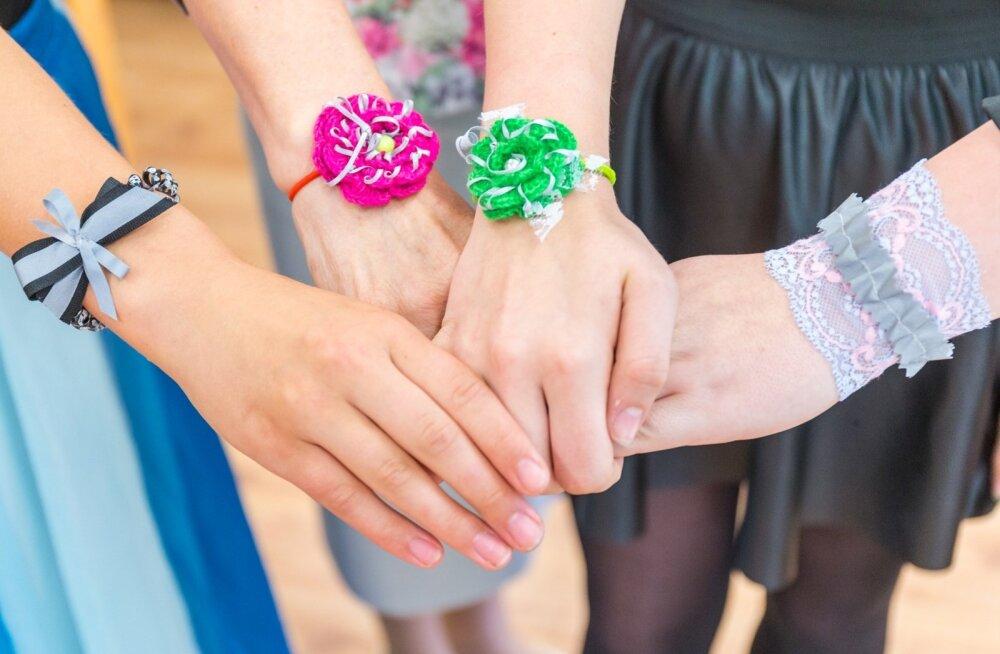 Värska gümnaasiumi minifirma Päästepits ettevõtlikud tüdrukud Mari Linnus, Karmel Jaago ja Mariete Kena valmistavad setu koloriidiga helkureid.