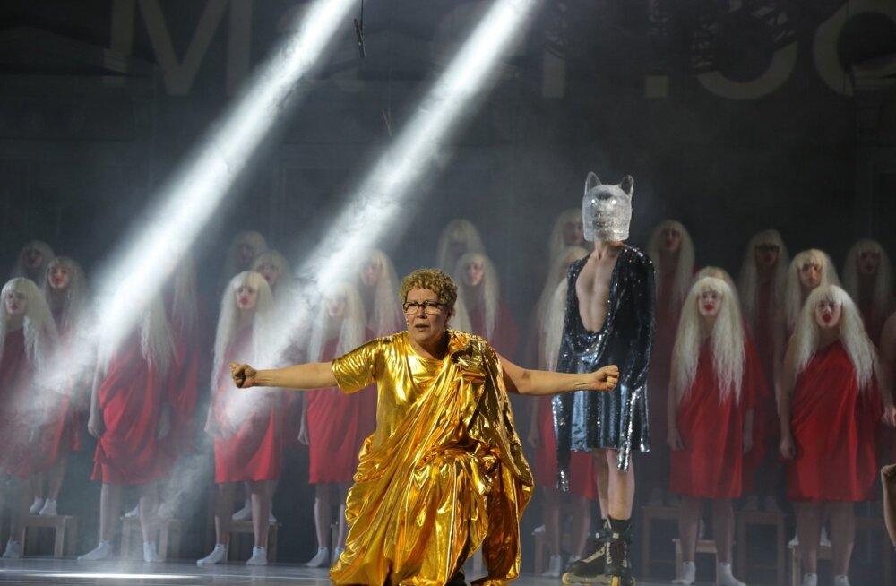 <p>Kuldses rüüs kangelane (Marika Vaarik) ei pelga hundisilmse fuuria (Rasmus Kaljujärv) hoiatusi.</p>