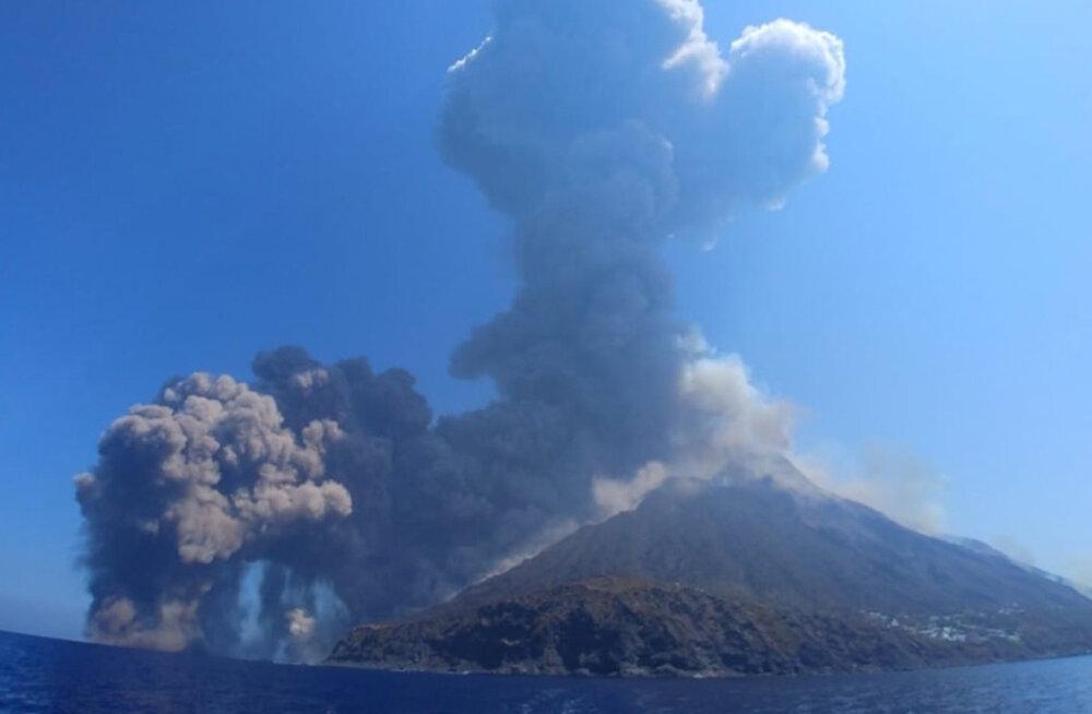 VIDEO | Sitsiilia rannikul põgeneti jahi pardal elu eest vulkaani tuhapilve alt