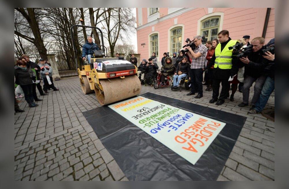 FOTOD: Puuetega inimeste meeleavaldusele toodi ehtne teerull