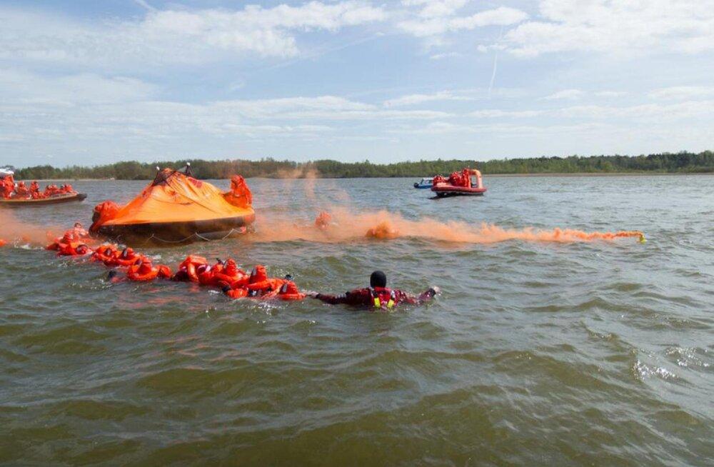 На озере Юлемисте проходят учения Спасательного департамента